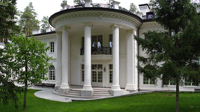 Дом из белого камня